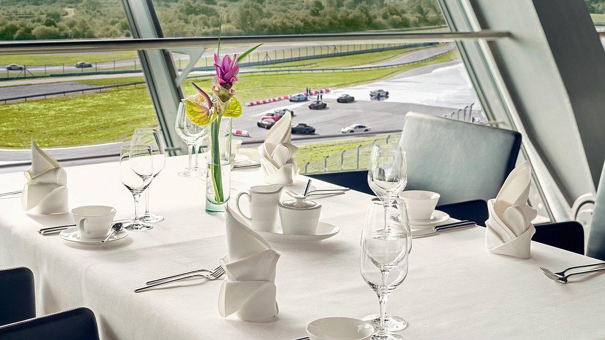 Porsche Restaurant mit Blick auf die Rundstrecke.