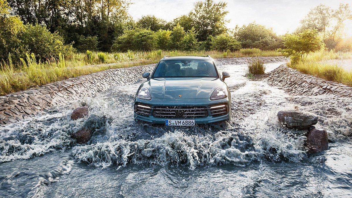 Porsche Cayenne im Wassergraben.