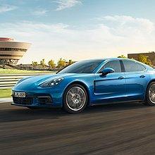 Ein blauer Porsche Panamera auf der Porsche Leipzig Rundstrecke.