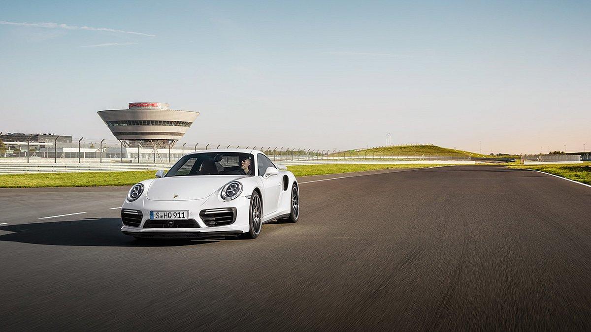 Ein weißer Porsche 911 auf der Porsche Leipzig Rundstrecke.