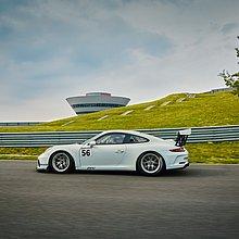 Ein fahrender Porsche 911 GT3 Cup auf der Porsche Leipzig Rundstrecke.