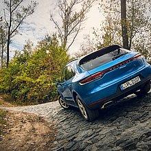 Porsche Cayenne auf dem Offroad Gelände.