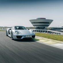 Der Porsche 918 Spyder auf der Porsche Rundstrecke in Leipzig.