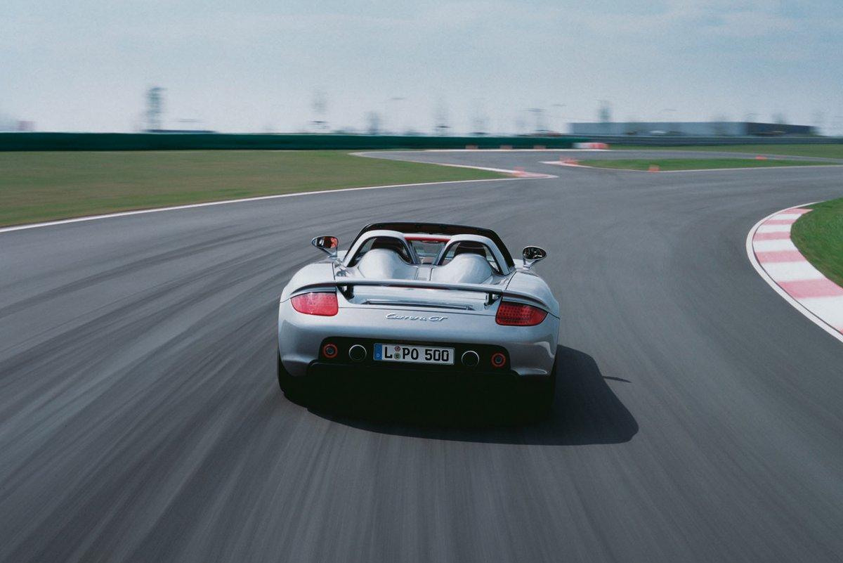 Der Porsche Carrera GT (von hinten) auf der Porsche Rundstrecke in Leipzig.