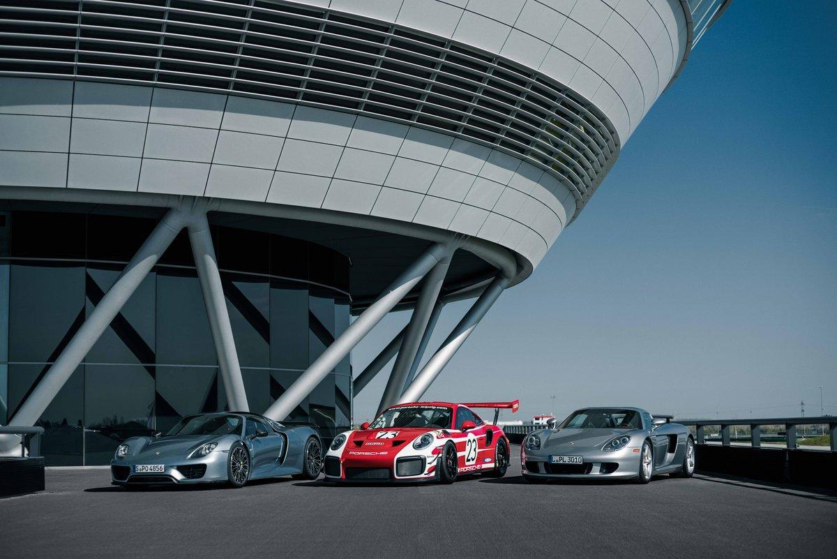 Ein Carrera GT, ein 918 Spyder und ein 911 GT2 RS Clubsport vor dem Kundenzentrum der Porsche Experience Center.